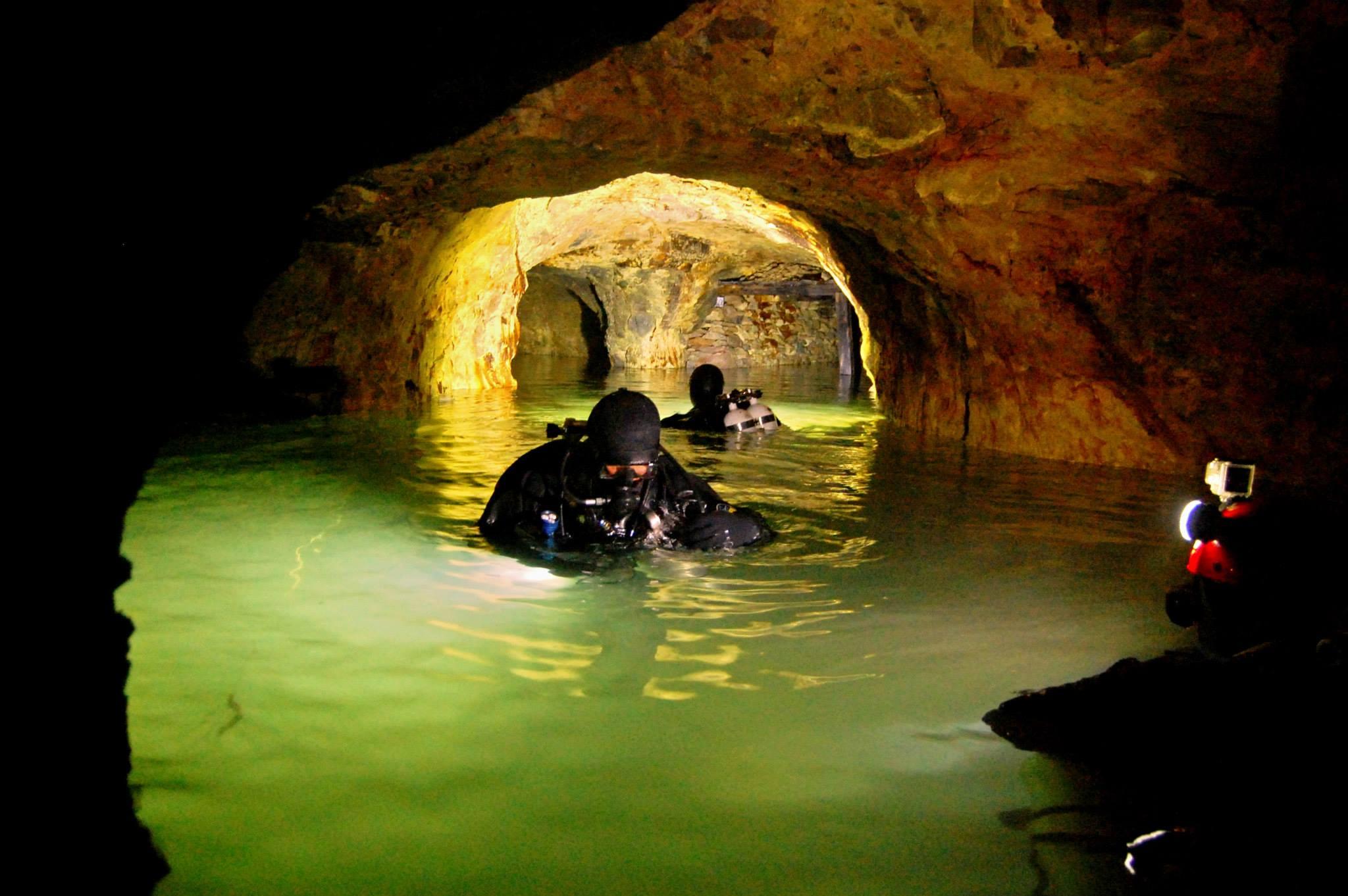 Potápanie v Slovenských opálových baniach. P. Kubička a P. Buzzacott (zľava doprava)